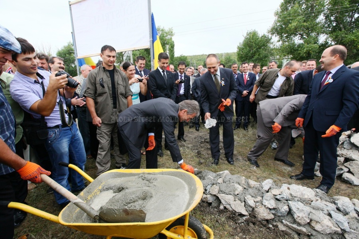 Iurie Leancă lays down a foundation stone in the Cimișlia Industrial Park